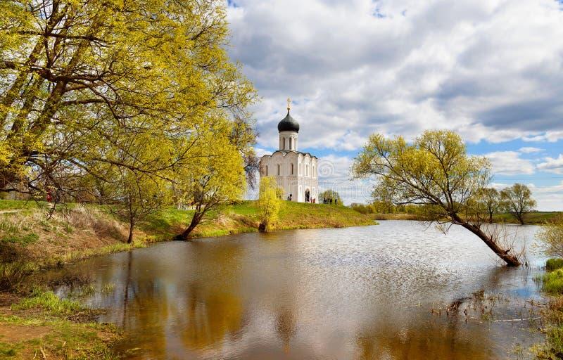 Kirche auf dem Fluss Nerl lizenzfreie stockfotos