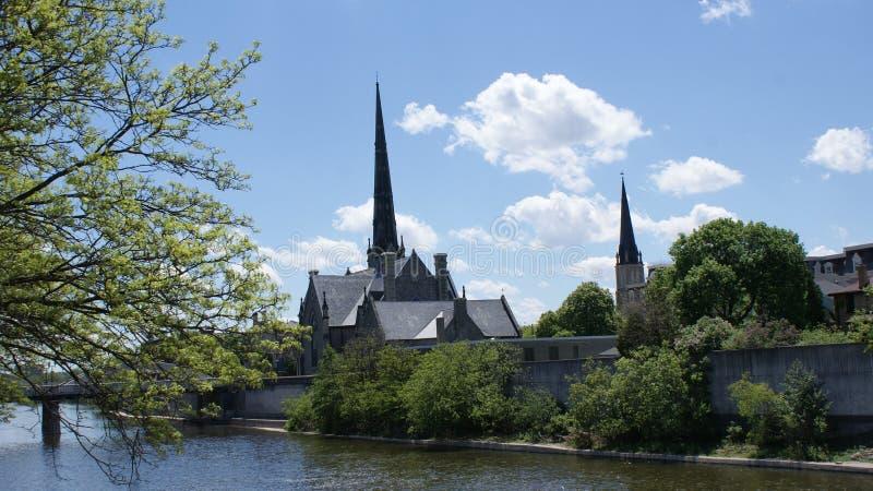 Kirche auf dem großartigen Fluss lizenzfreies stockbild