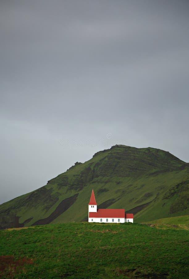 Kirche auf dem Hügel lizenzfreies stockbild