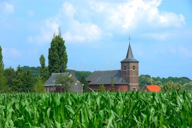 Kirche auf dem Maisgebiet stockfotos