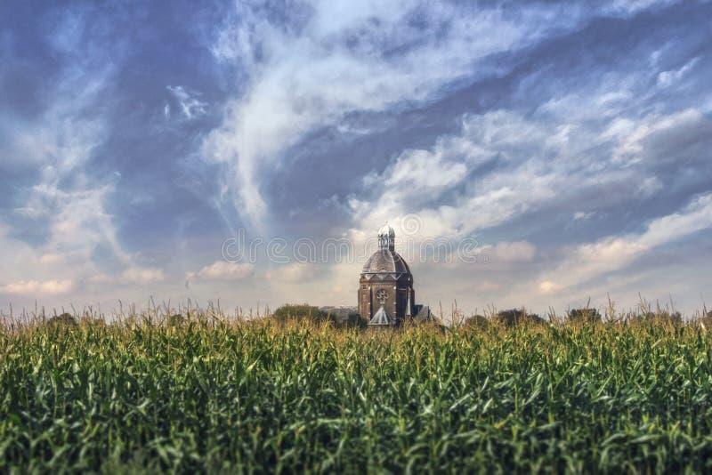 Kirche auf einem Maisgebiet lizenzfreie stockfotos