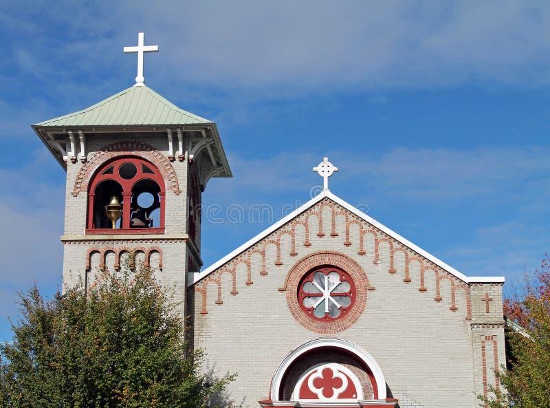 Kirche auf Main Street in einer Kleinstadt lizenzfreie stockfotos
