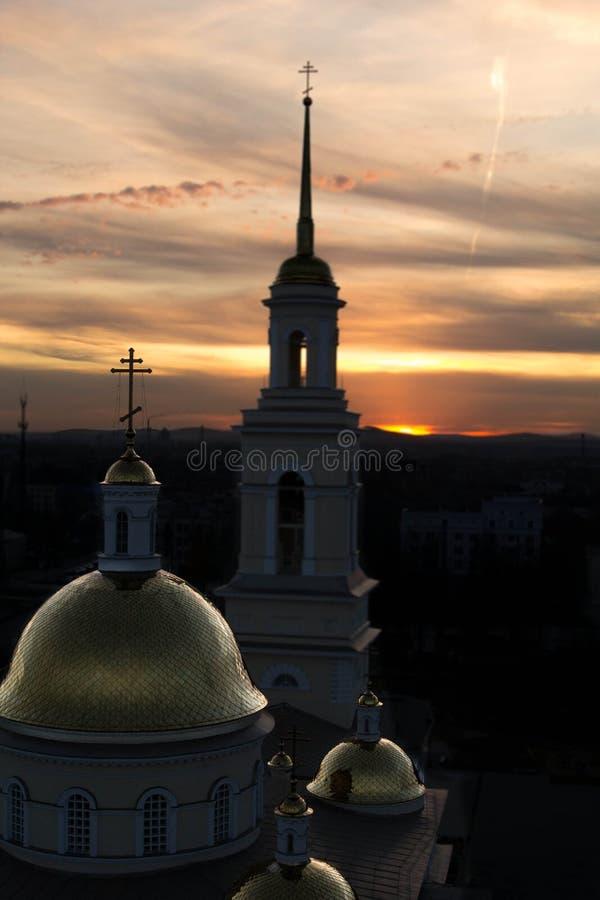 Kirche bei Sonnenuntergang stockbild