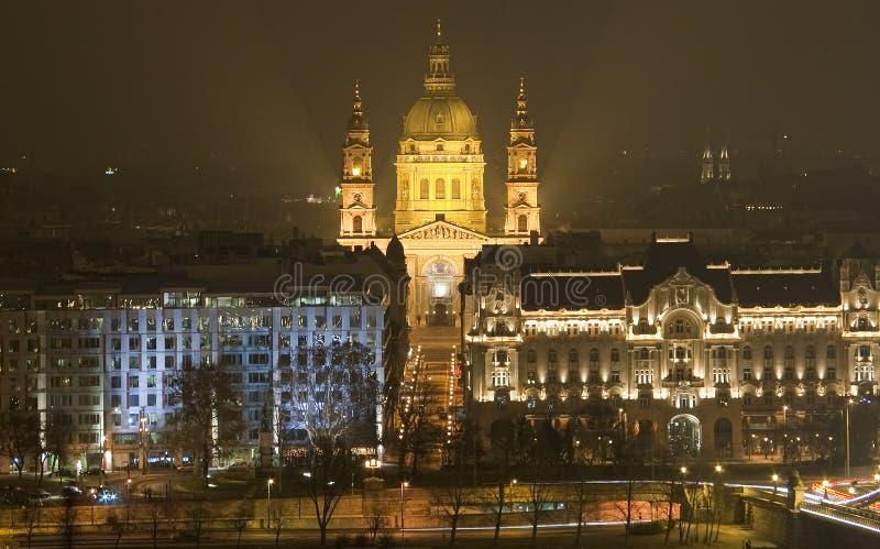 Kirche in Budapest bis zum Nacht lizenzfreies stockbild
