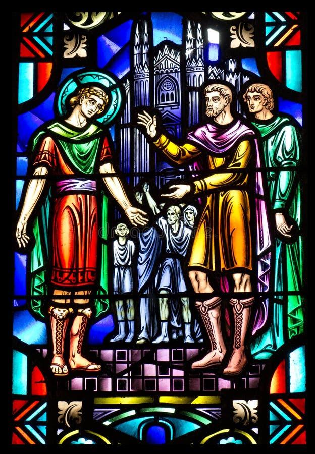 Kirche-Buntglas-Fenster mit frommer Szene stockbilder