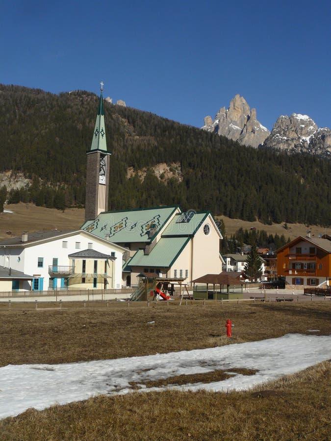 Kirche in Canazei lizenzfreies stockbild