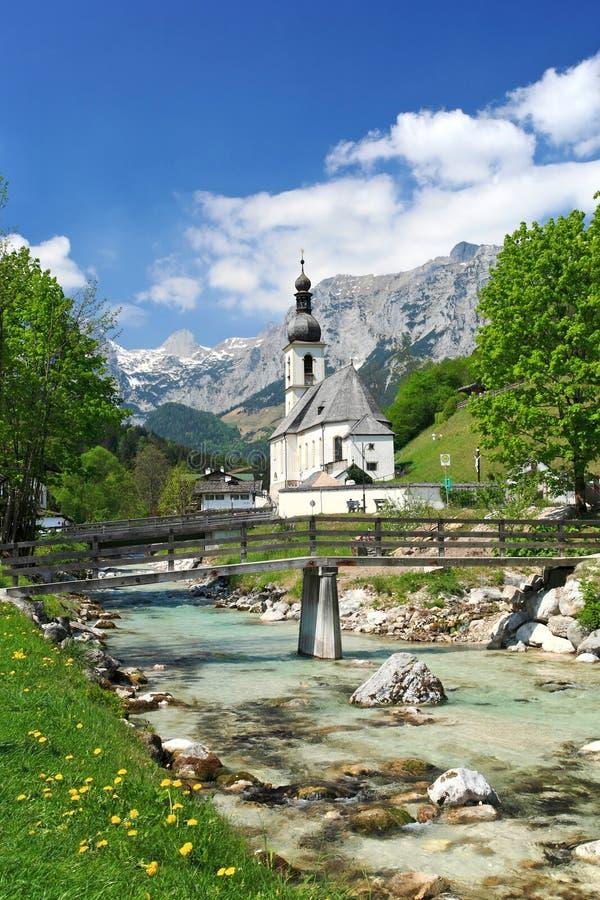 Kirche in den Alpen lizenzfreies stockbild
