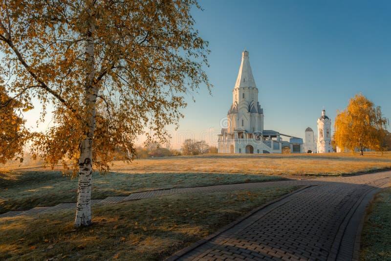 Kirche der Besteigung am Kolomenskoye-Herbstmorgen stockfotos