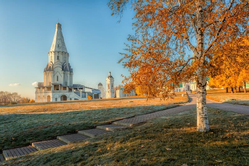 Kirche der Besteigung am Kolomenskoye-Herbstmorgen stockfoto