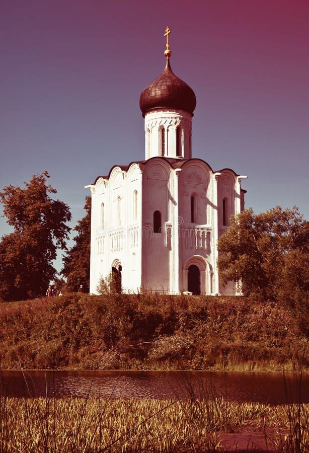 Kirche der Fürbitte auf Fluss Nerl lizenzfreie stockfotografie