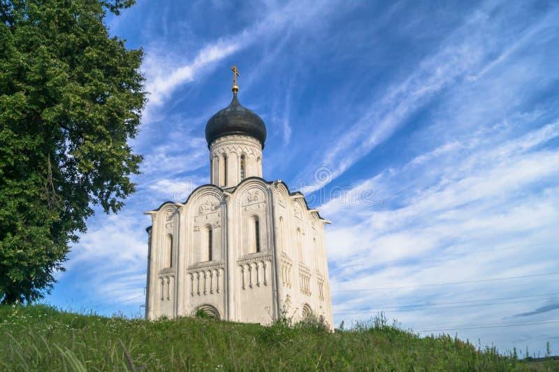 Kirche der Fürbitte der heiligen Jungfrau auf dem Nerl-Fluss am hellen Sommertag lizenzfreies stockbild