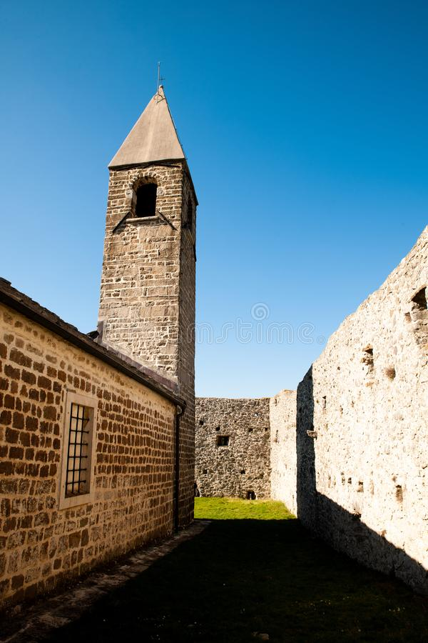 Kirche der Heiligen Dreifaltigkeit und mittelalterliche Festung in der olivgr?nen Nut in Hrastovlje Slowenien Mitteleuropa lizenzfreie stockfotos