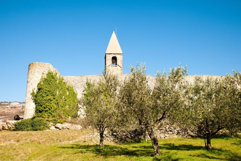 Kirche der Heiligen Dreifaltigkeit und mittelalterliche Festung in der olivgr?nen Nut in Hrastovlje Slowenien Mitteleuropa stockfotografie
