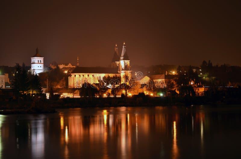Kirche in der Nacht lizenzfreies stockbild