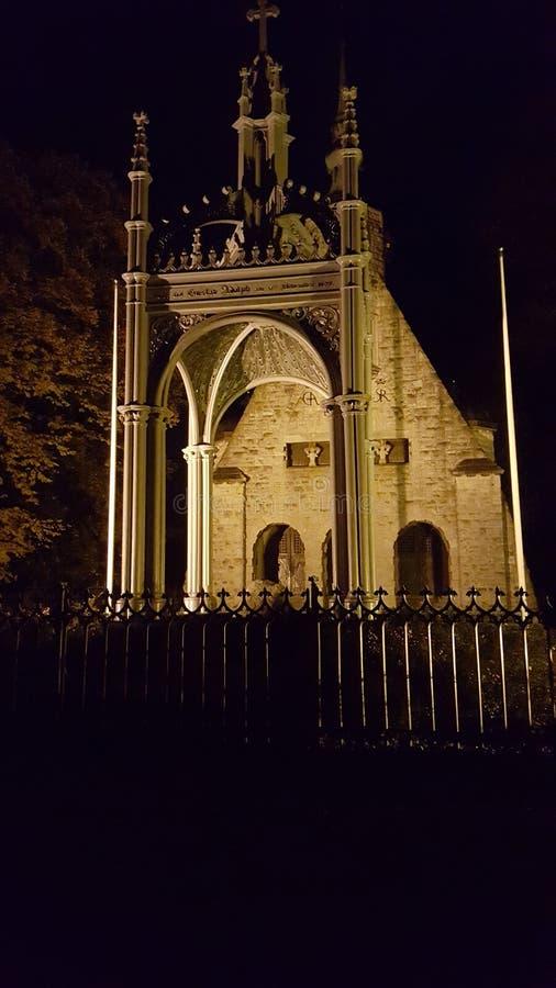 Kirche in der Nacht lizenzfreie stockfotos