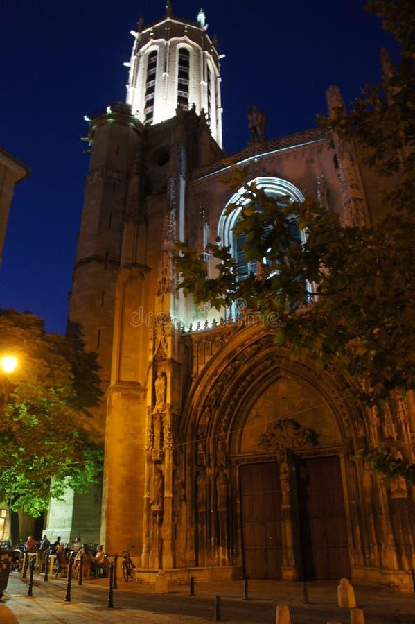 Kirche in der Nacht im Süden von Frankreich lizenzfreies stockbild