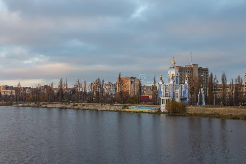 Kirche des Schutzes der gesegneten Jungfrau auf den Banken des Wanzen-Flusses in Vinnytsia ukraine stockbild