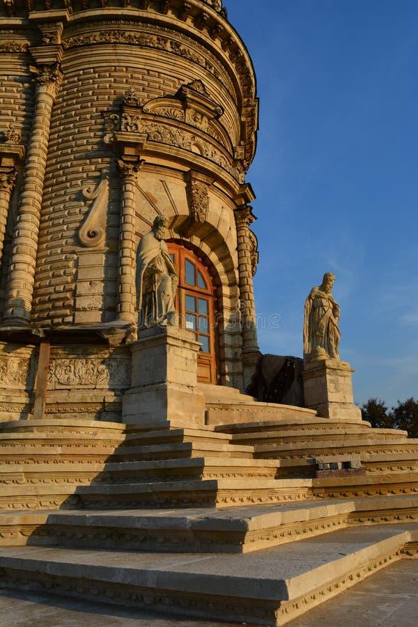 Kirche des Theotokos des Zeichens (Dubrovitsy) stockfotos