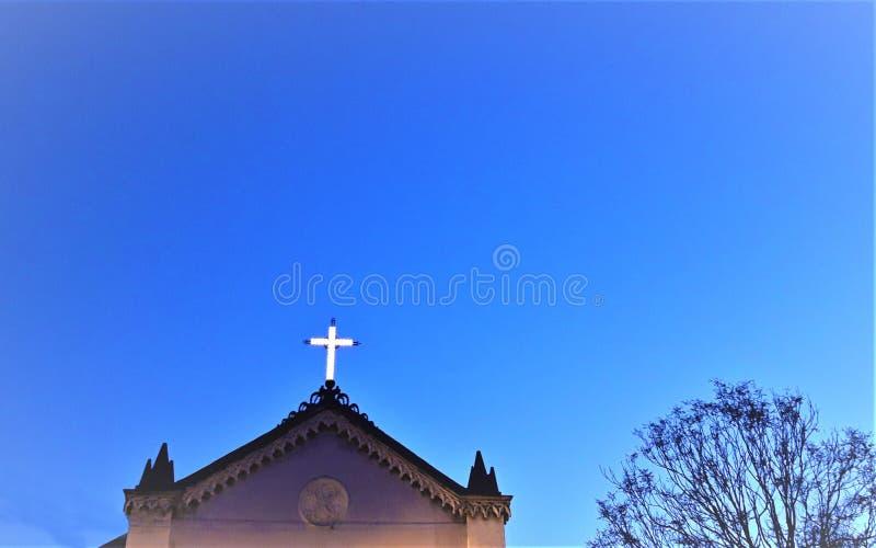 Kirche, die Quer glüht lizenzfreies stockbild