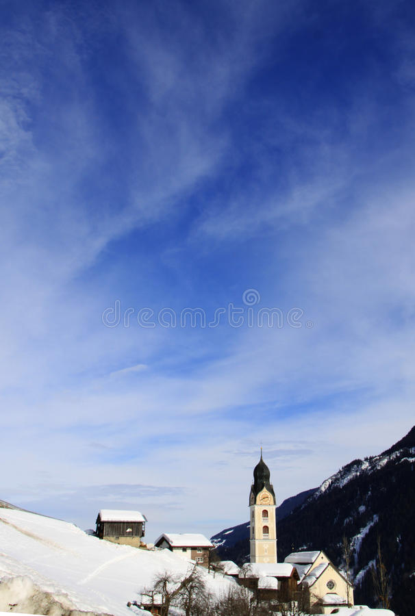 Kirche am Dorf lizenzfreies stockbild