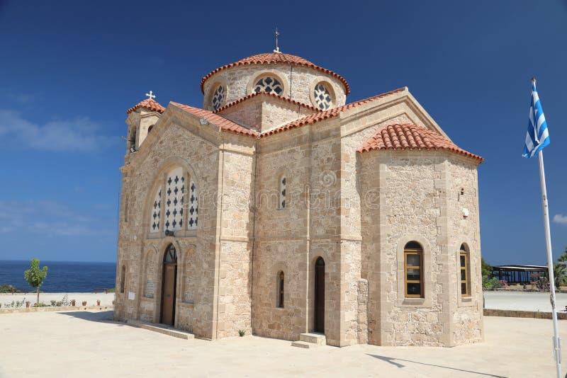 Kirche durch das Meer in den paphos Zypern stockfotografie