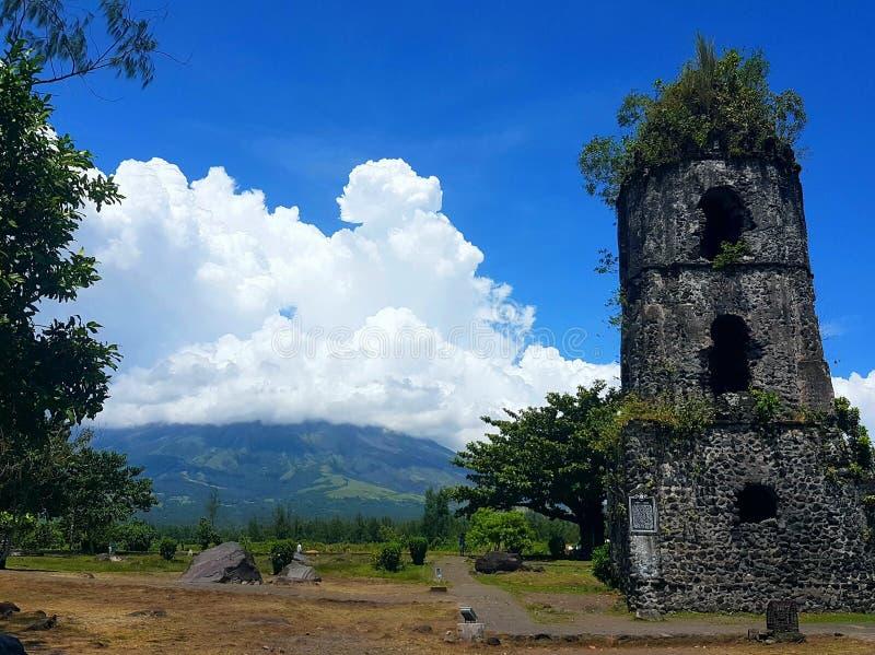 Kirche durch den Vulkan stockfoto