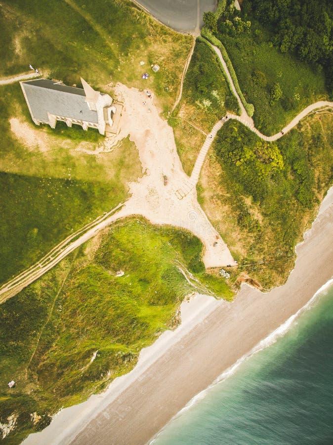 Kirche in Etretat durch den Strand in Normandie, Etretat, Frankreich lizenzfreies stockbild