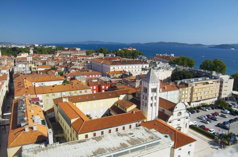Kirche, Forum und Kathedrale St. Donat des Glockenturms St. Anastasia in Zadar, Kroatien stockfotografie
