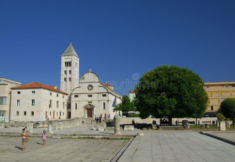Kirche, Forum und Kathedrale St. Donat des Glockenturms St. Anastasia in Zadar, Kroatien lizenzfreies stockbild