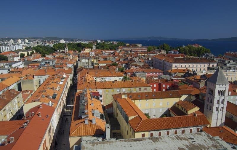 Kirche, Forum und Kathedrale St. Donat des Glockenturms St. Anastasia in Zadar, Kroatien stockbild