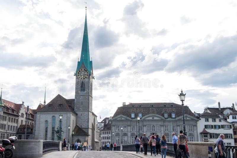 Kirche Fraumunster钟楼从Munsterbrucke射击了在晚上时间 库存照片