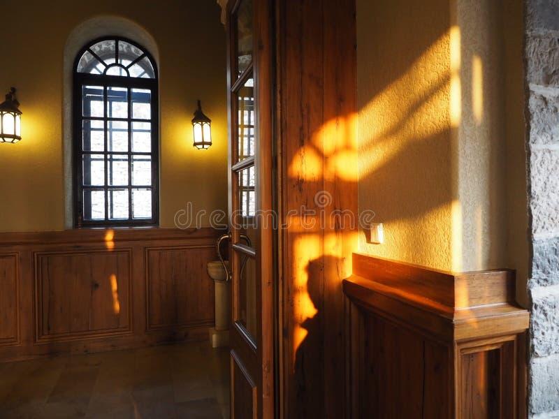 Kirche gefüllt mit Sonnenschein stockfoto