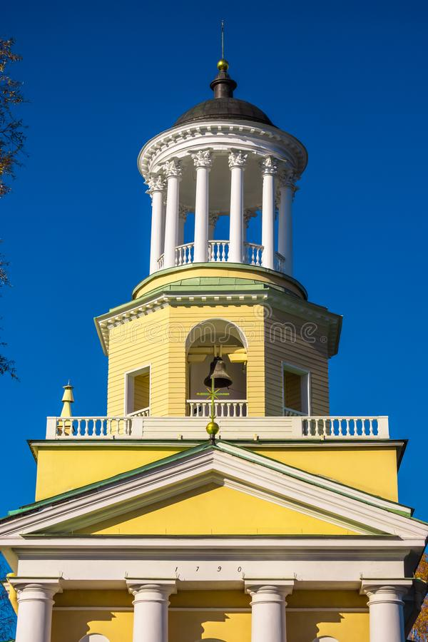 Kirche gegen den Himmel stockfoto