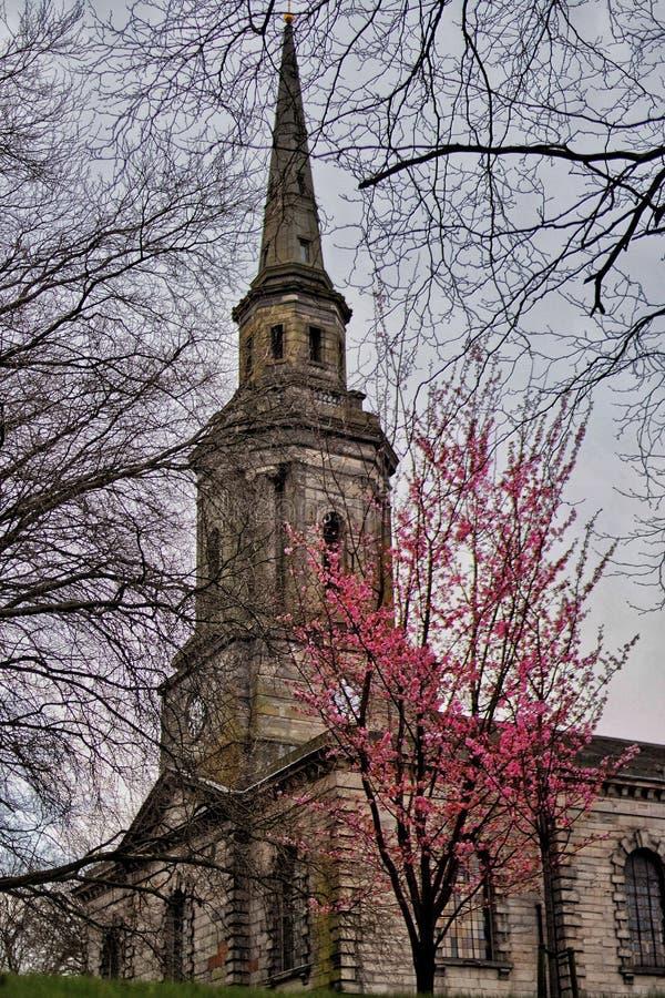 Kirche im Frühjahr lizenzfreie stockfotografie