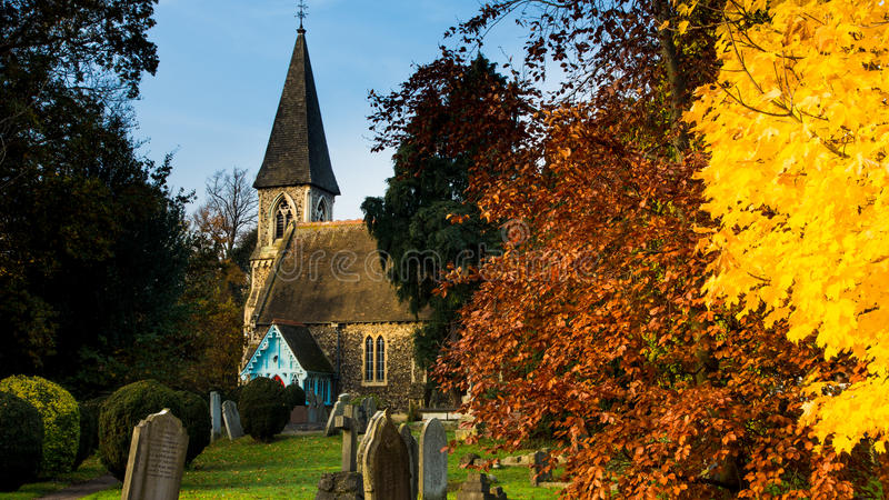 Kirche im Herbst stockbilder