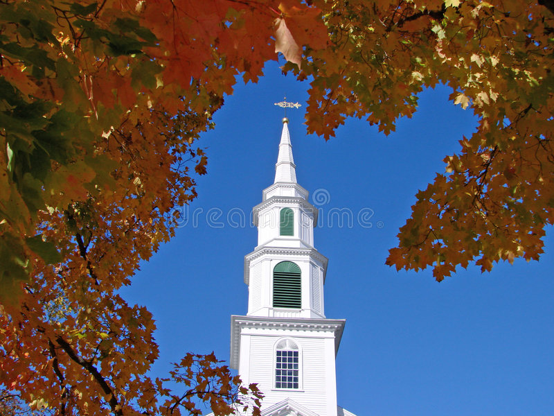 Kirche im Herbst lizenzfreie stockfotos