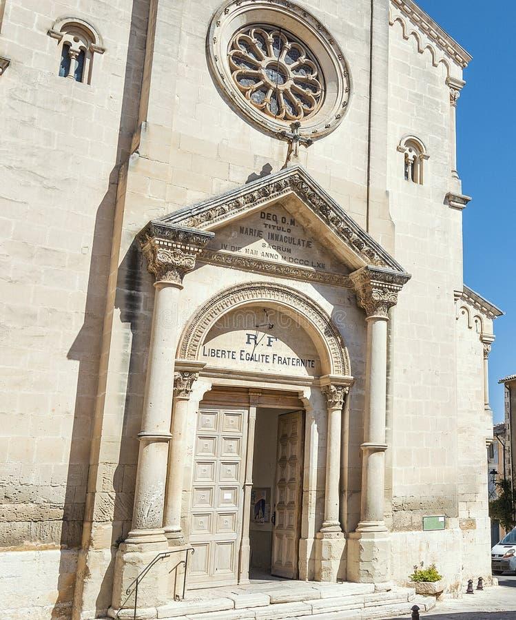 Kirche im mittelalterlichen Dorf von Heilig-Saturnin-lès-Wohnung stockfoto