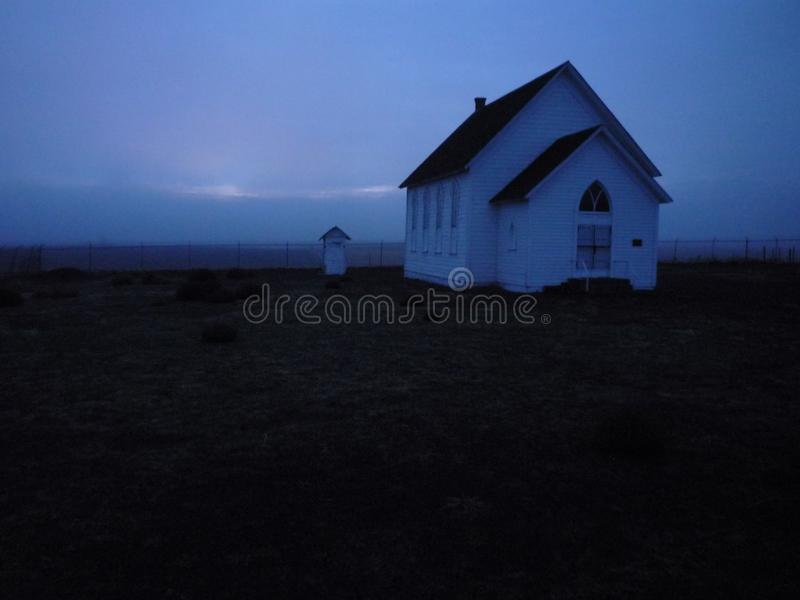 Kirche im Nebel und im Sonnenuntergang stockbild