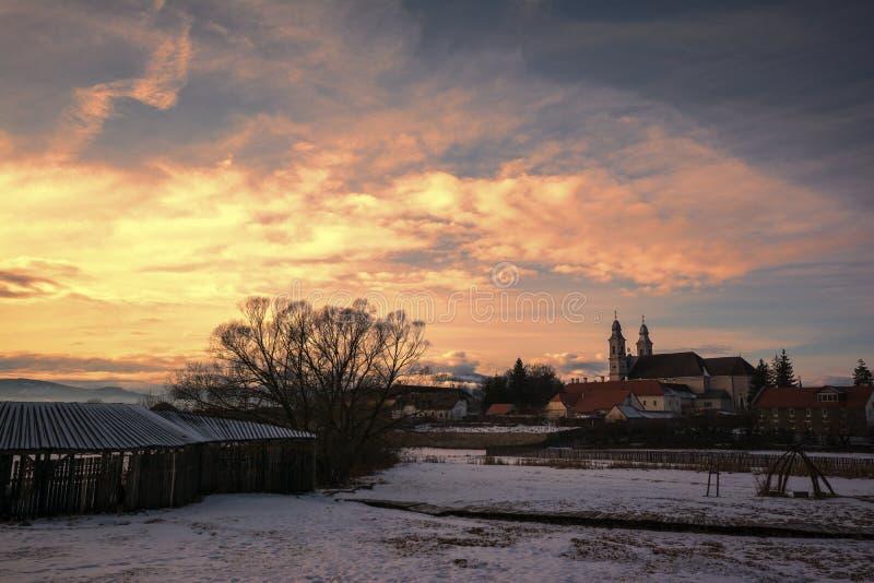 Kirche im Sonnenuntergang stockbild