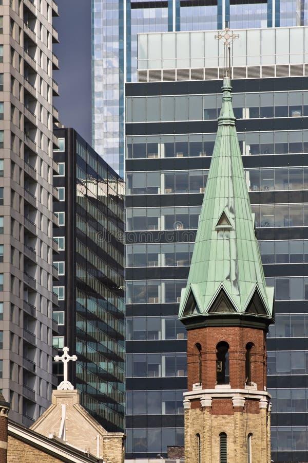 Kirche in im Stadtzentrum gelegenem Chicago stockbild