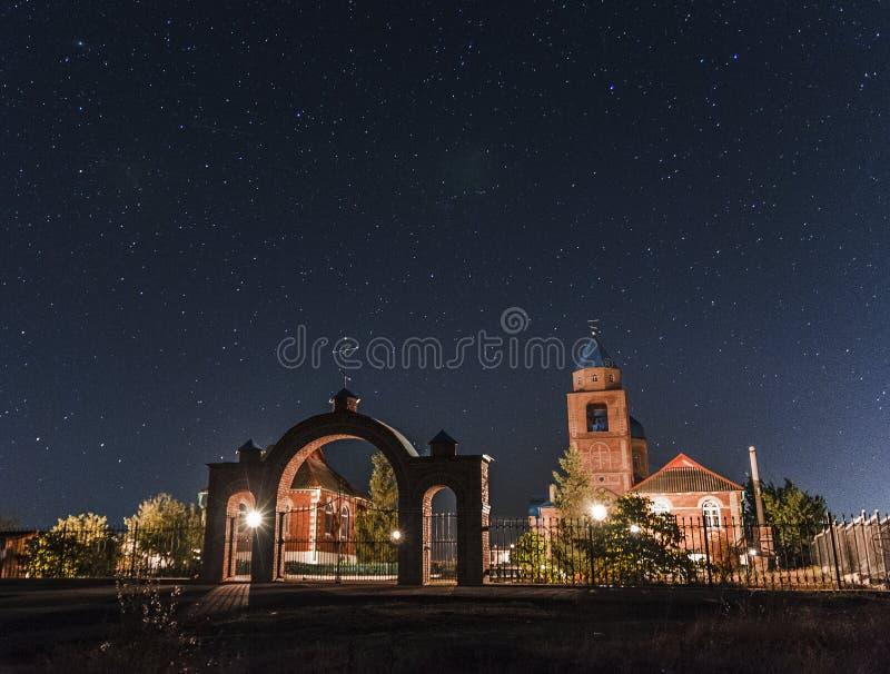 Kirche im sternenklaren Himmel stockfotos