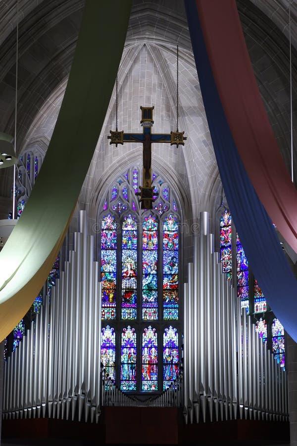 Kirche-Innenraum mit beflecktem g lizenzfreie stockfotos