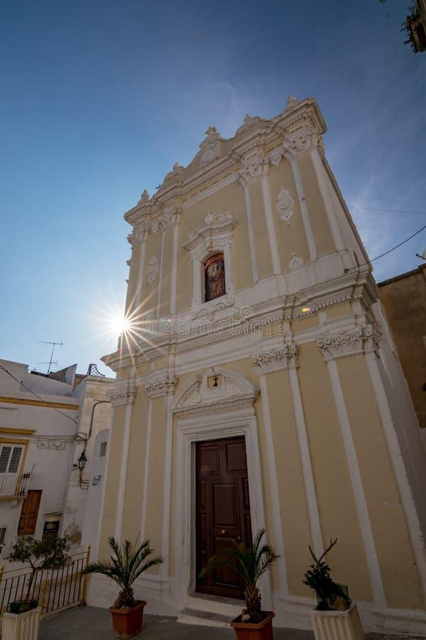 Kirche mit Beugung, Laterza Puglia Italien stockbilder