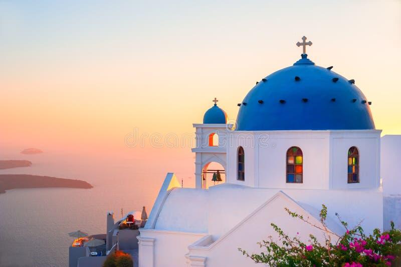 Kirche mit blauer Haube bei Sonnenuntergang auf Santorini-Insel, Griechenland stockbild