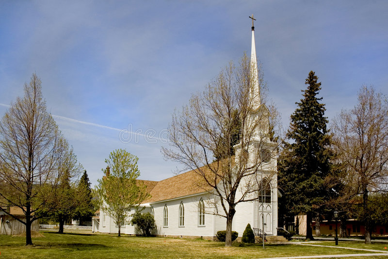 Kirche mit Steeple lizenzfreies stockbild
