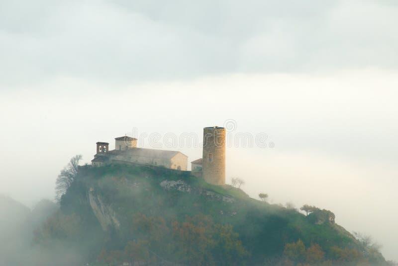 Kirche mit Turm lizenzfreie stockfotos