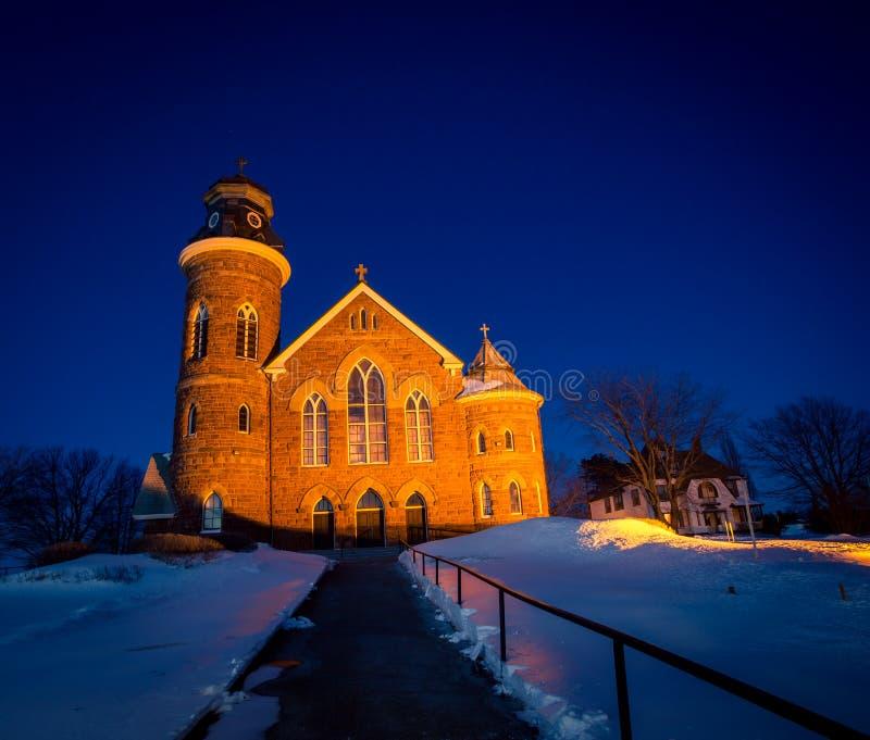 Kirche nachts im Winter stockfotos