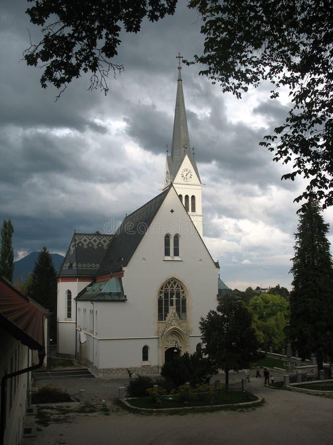 Kirche nahe geblutet stockbilder