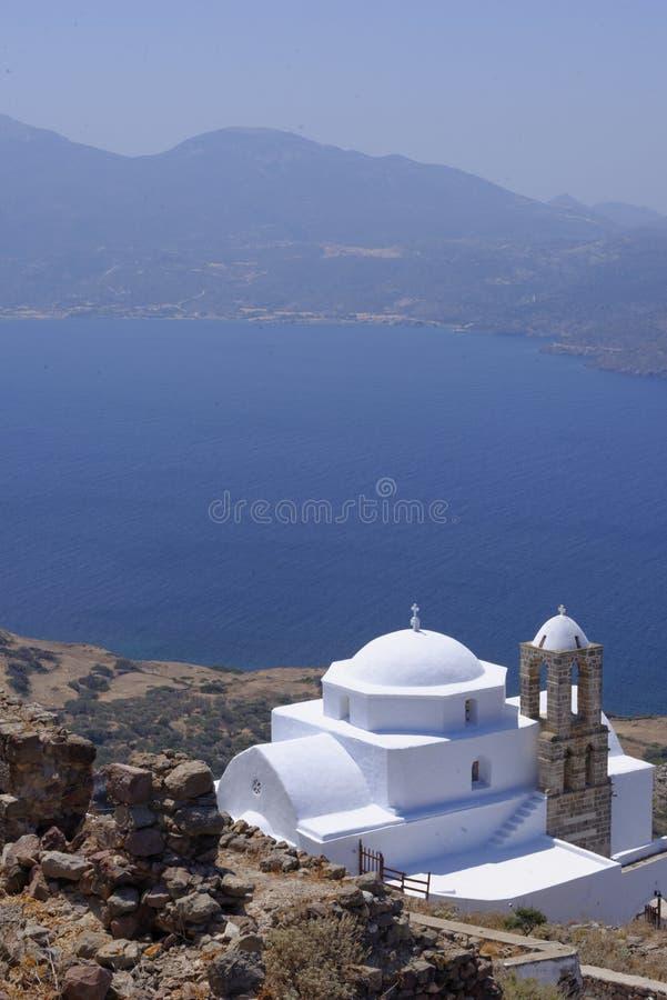 Kirche nahe Meer in Griechenland stockbilder