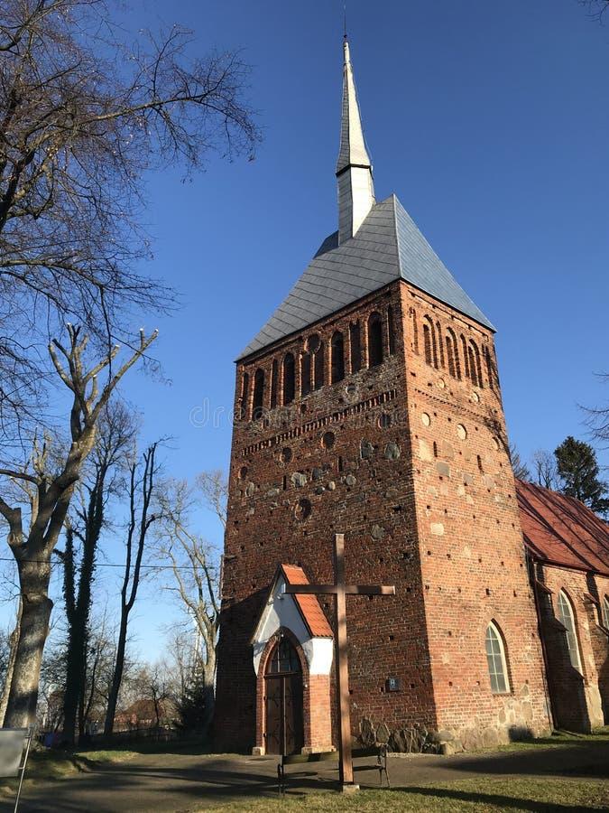 Kirche in Polen im Frühjahr stockbild